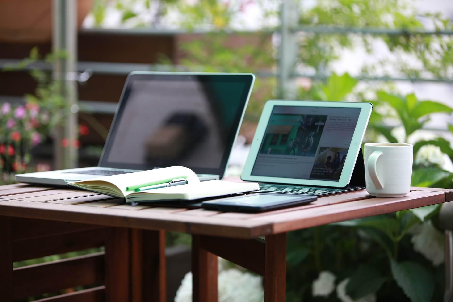 laptopy na stoliku